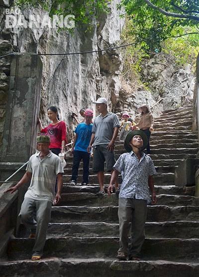 Du khách tham quan danh thắng Ngũ Hành Sơn